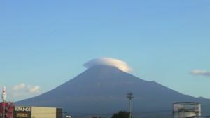 富士山がかさをかぶれば雨カモ